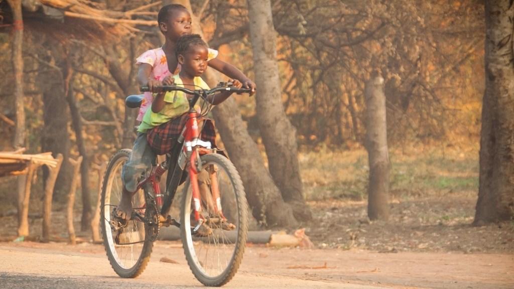 Malawi, sorelline in bicicletta