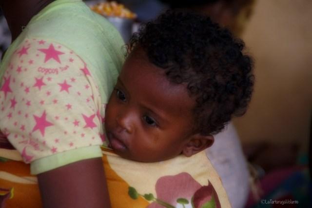 Madagascar, bambino in fasce