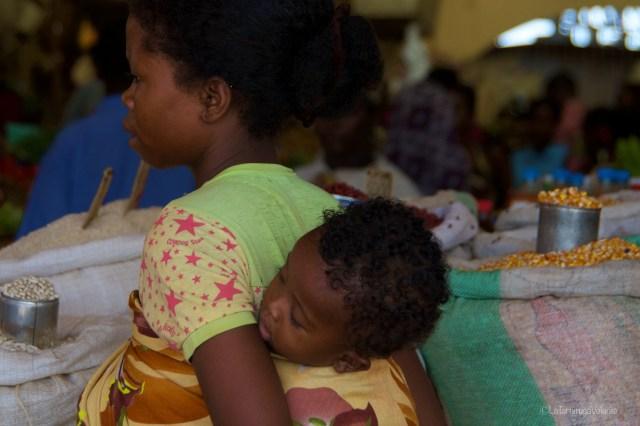 Viaggio in Madagascar, mamma e figlio al mercato