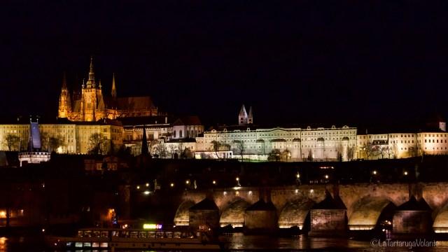 Praga, di notte con le luci sul fiume