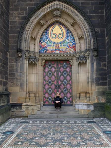Praga, io e la porta della chiesa del castello minore