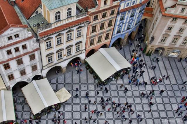 Praga, piazza, gente e palazzi