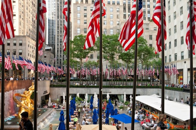 New York, bandiere al Rockefeller center
