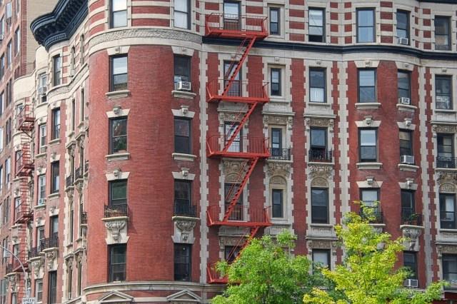 New York, palazzi e scale esterne rosse