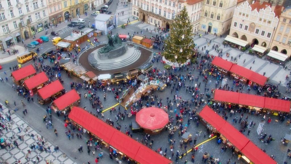 Natale nel Mondo, piazza e albero a Praga