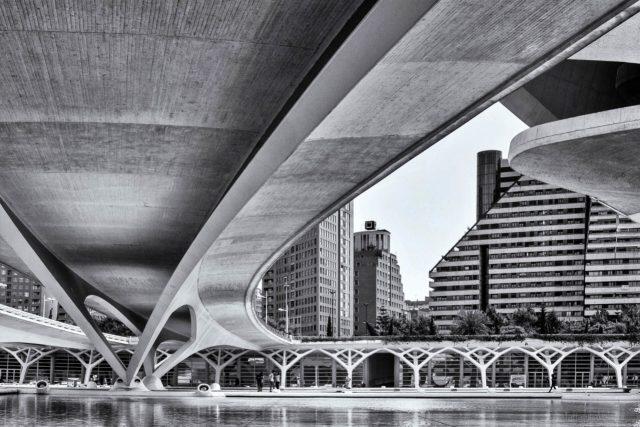Valencia ponte in black and white