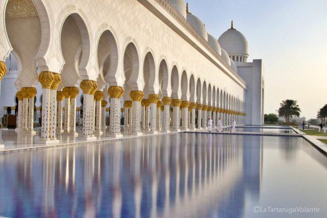 giochi di riflessi sulla moschea diabu dhabi