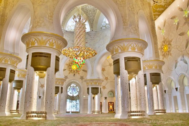 interno della moschea di abu dhabi