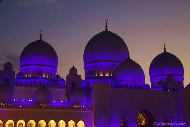 le cupole blu della moschea di abu dhabi
