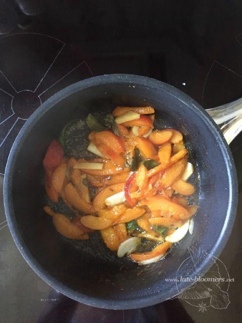 cooling apricot chutney