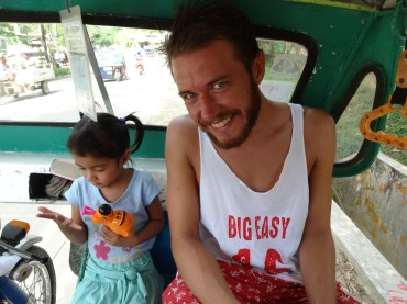 The tricycle driver also needed to give his daughter a lift, so Simon befriended her