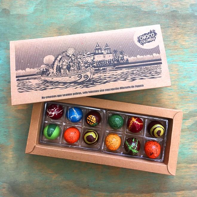 12 bombones de chocolate artesanales con rellenos de fruta natural