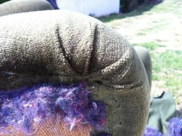 plis tissus devant assise dans le dos