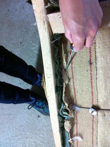 fixation des différentes épaisseurs du tissus du dossier coté gauche et droit