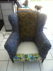 crin végétal fixé sur la partie haute du fauteuil