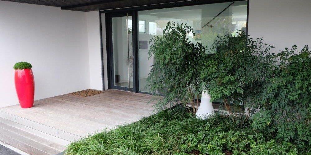 Jardinière végétalisée de Nandina, Pachysandra et Ophiopogon - Accueil habitation Bénodet tapissante et bambou sacré - Création florale d'entrée de maison