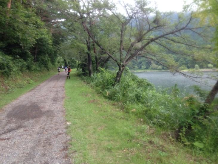 北竜湖沿いの平坦な舗装路。 北竜湖はハート型をしており、恋愛成就で有名だとか。 そんなこと考えてる余裕なんてなし!後の急登に備えここで体力温存。