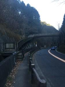 大垂水峠の陸橋。これを渡ってトレイルに入ります。