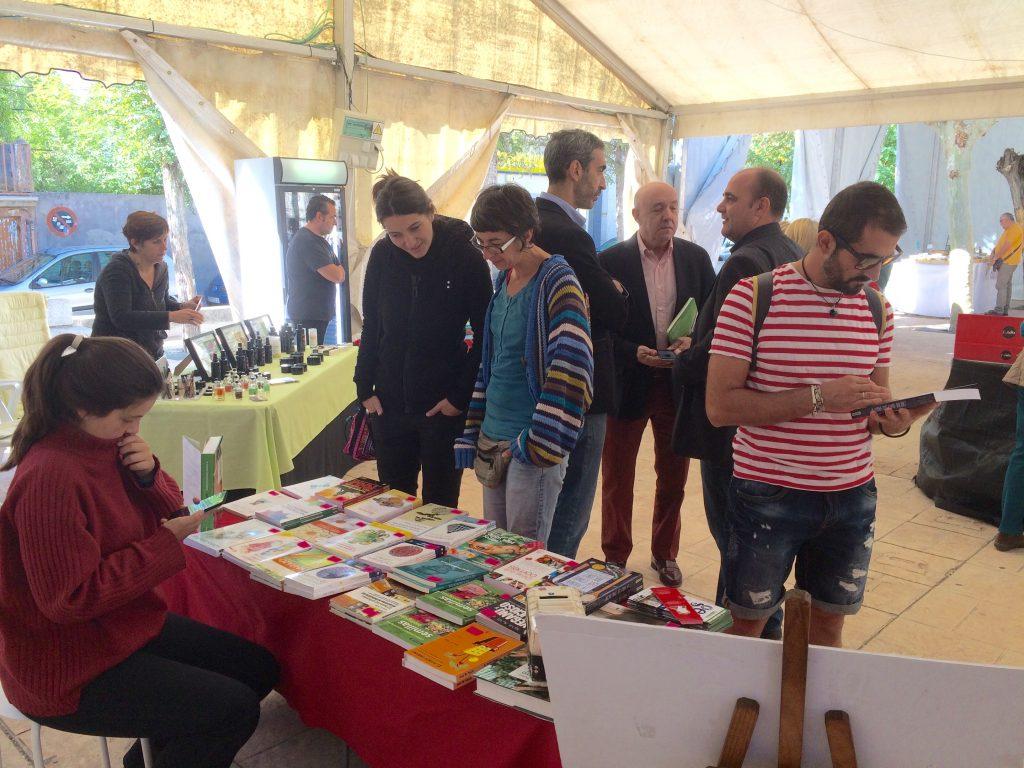 Público mirando libros