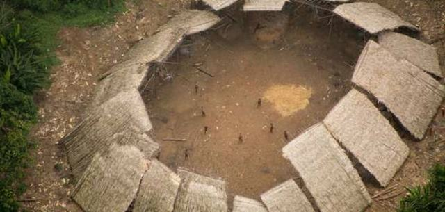 Ein Yano (Gemeinschaftshaus) unkontaktierter Yanomami im brasilianischen Amazonasgebiet