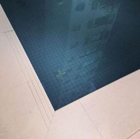 Borda de piscina com frisos