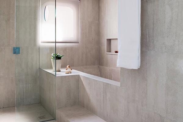 Banheiro todo revestido de porcelanato