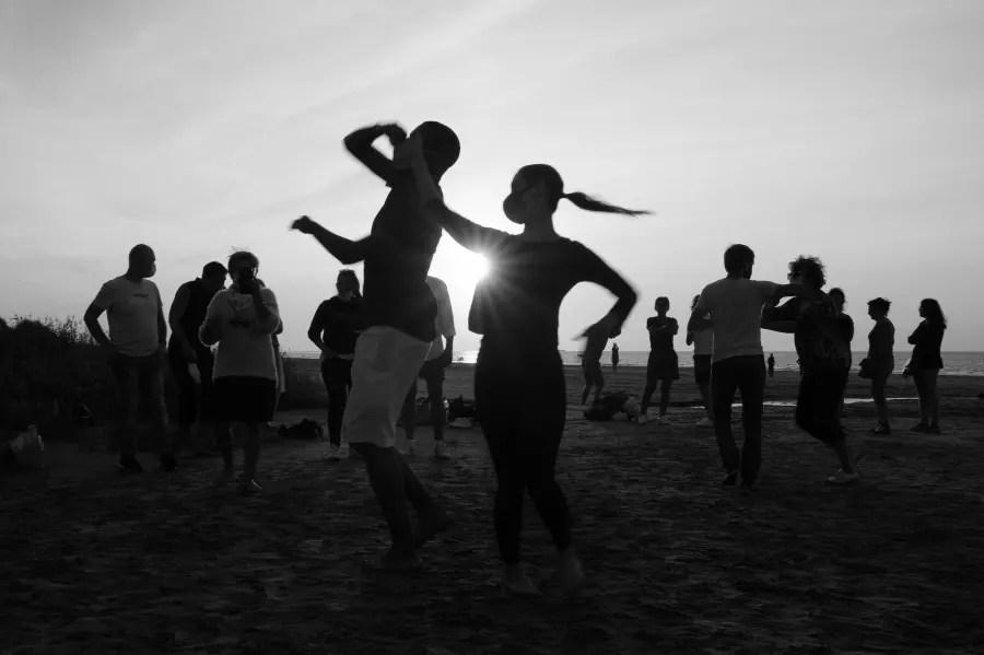 Danser la salsa cubaine sur la plage : ambiance de fîesta à la playa avec une splendide météo et des couchers de soleil fabuleux !