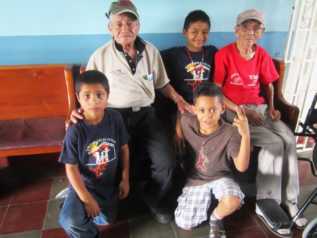 Horizontes al Futuro children visit home for the elderly in Comayagua