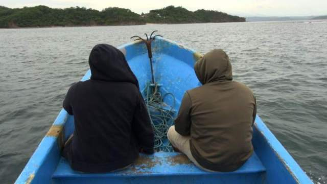 Nicaraguans cross by boat