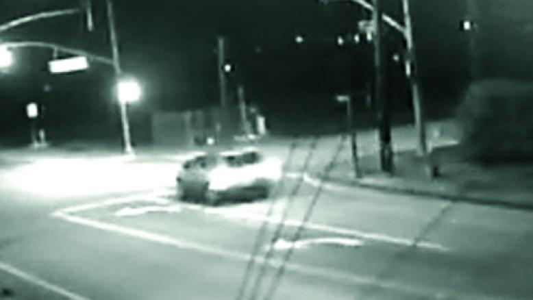 El vehículo en la fotografía se observa en la zona de la intersección de Telegraph Ave. y Saticoy Ave., poco después de la colisión./ The vehicle shown in this photograph was seen in the area of Telegraph Ave. and Saticoy Ave. shortly after the collision./VTPD