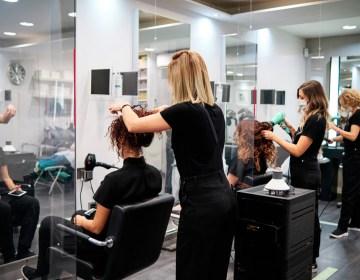 Las barberías y salones de belleza están muy cerca de reabrir