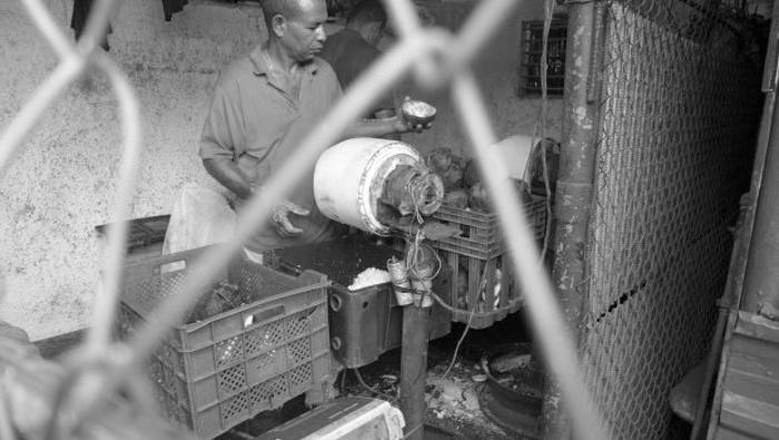 maquina-de-rallar-coco-hecha-con-motor-de-lavarropa-sovietico