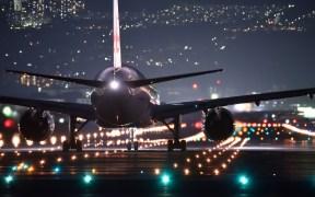 晚上在跑道上飞机