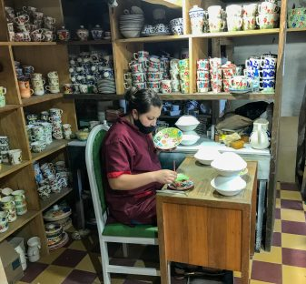 Hand-painting-scaled El Carmen de Viboral: A Tradition of Ceramic Artisans Colombia