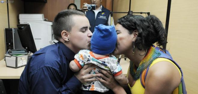 Ecuador. Pareja transexual inscribe a su hijo.
