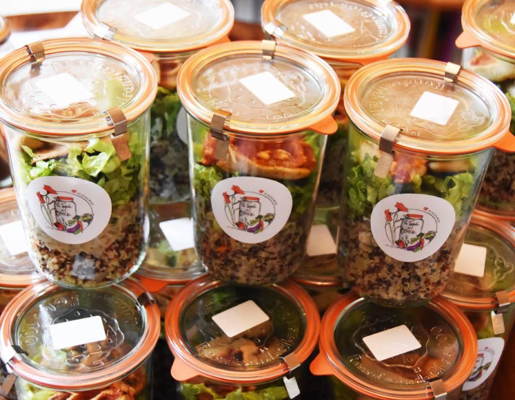 Repas végétariens présentés dans un bocal en verre consigné, pour une livraison et une dégustation sur son lieu de travail, chez soi ou dehors!