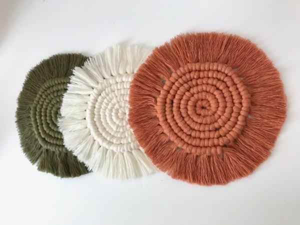 3 sous verres en macramé colorés kaki terracotta écru
