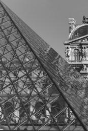 Pyramide de verre et de métal du Louvre Paris
