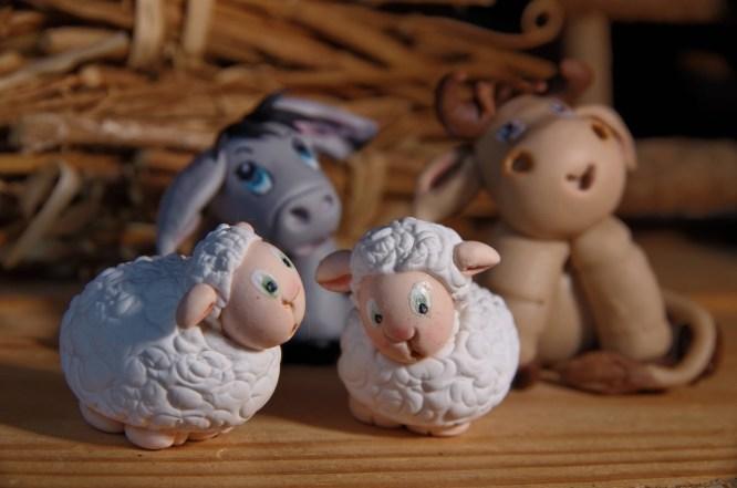 moutons, ane boeuf de la crèche de noël en porcelaine froide