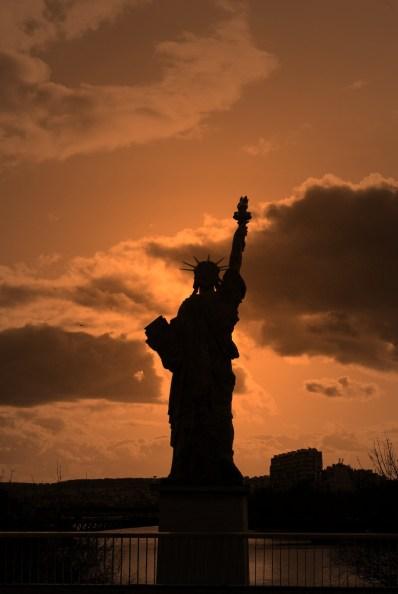 statue de la liberté Paris, contre jour or