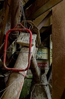 l'usine aux grenouilles, tour principaletuyaux, herses, moteur