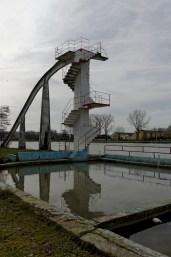 Urbex, piscine abandonnée, escalier du toboggan, petit bain