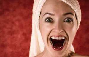 como quitar las manchas de vino de los dientes
