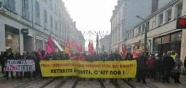"""Tours, le 5 décembre : """"retraite à points, c'est non!"""" 12000 travailleurs et jeunes ont défilé en ville de 10 à 12 heures derrière la banderole de tête."""