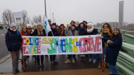 Rouen, le 5 décembre - La délégation du Collège Saint-Saëns, dans une manifestation de plus de 7 kilomètres de long.