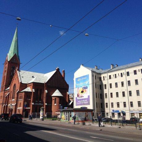 Rīga, Brīvības un Tallinas ielu krustojums, blakus jaunajai Ģertrūdes baznīcai. Skats no Brīvības ielas virzienā uz centru.