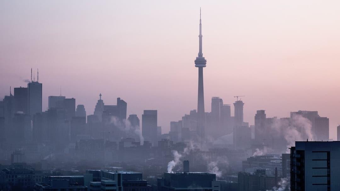 La CN Tower, el icono que cambió el perfil de Toronto, cumple 44 años