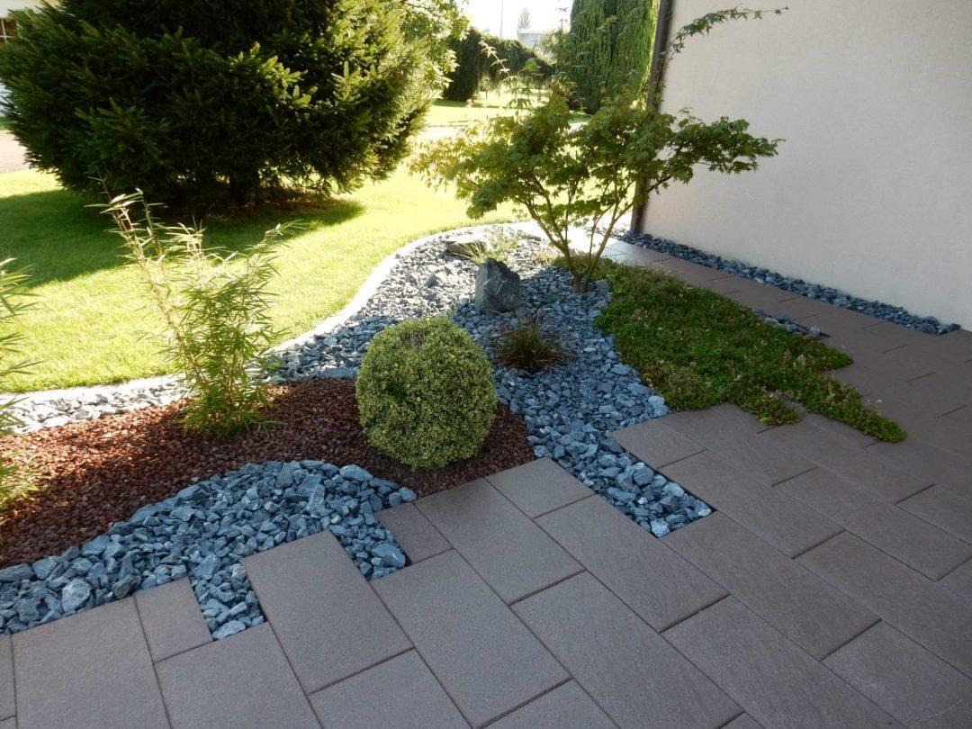 Massif décoratif intégré dans un dallage d'entrée