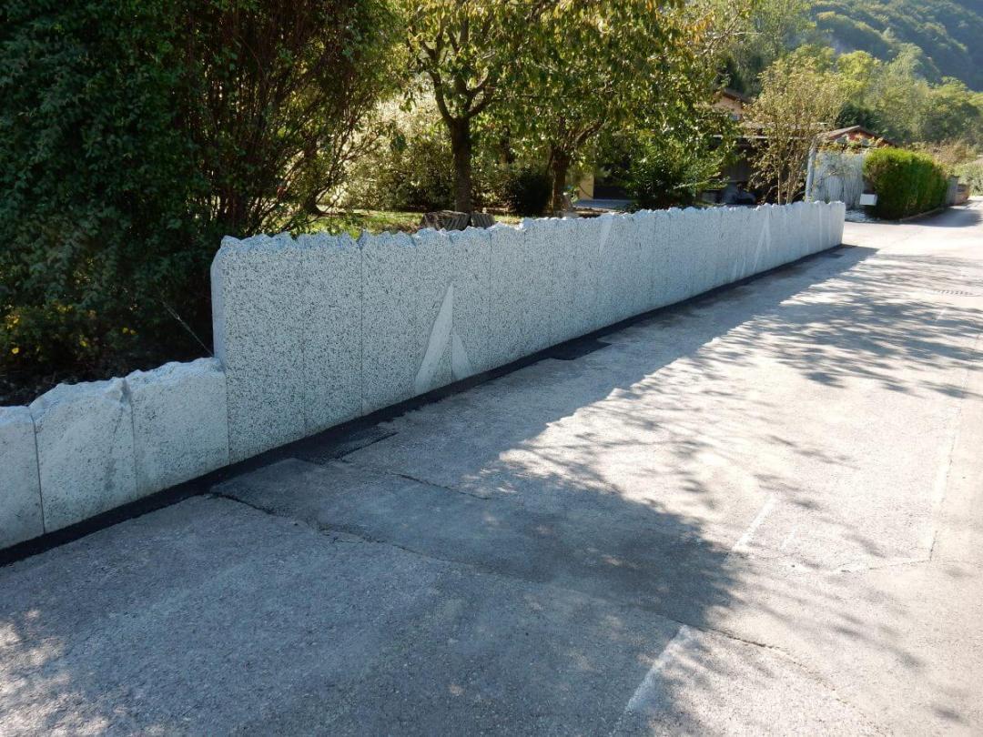 palissades en granit pour soutenir un terrain