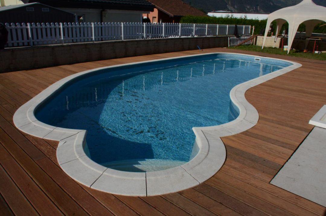 Une terrasse bois autour d'une piscine par un paysagiste du Valais Lattion et Veillard